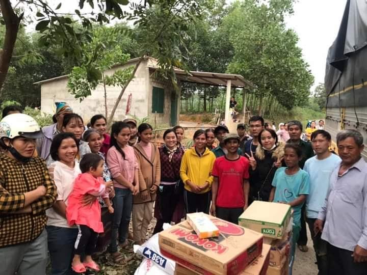 Hình ảnh của đoàn cứu trợ khi đến với bà con vùng lũ