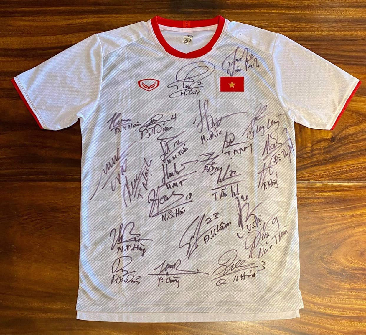 2 chiếc áo của tuyển thủ Việt Nam được Gia Lâm đấu giá để ủng hộ miền Trung.
