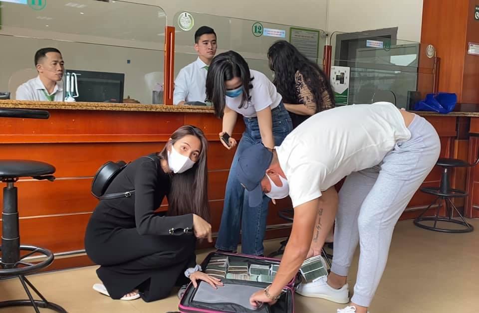 Vừa quay lại miền Trung, Thủy Tiên nhanh chóng chia team hoạt động viện trợ, gọi chồng là 'bảo vệ xách vali tiền' 2