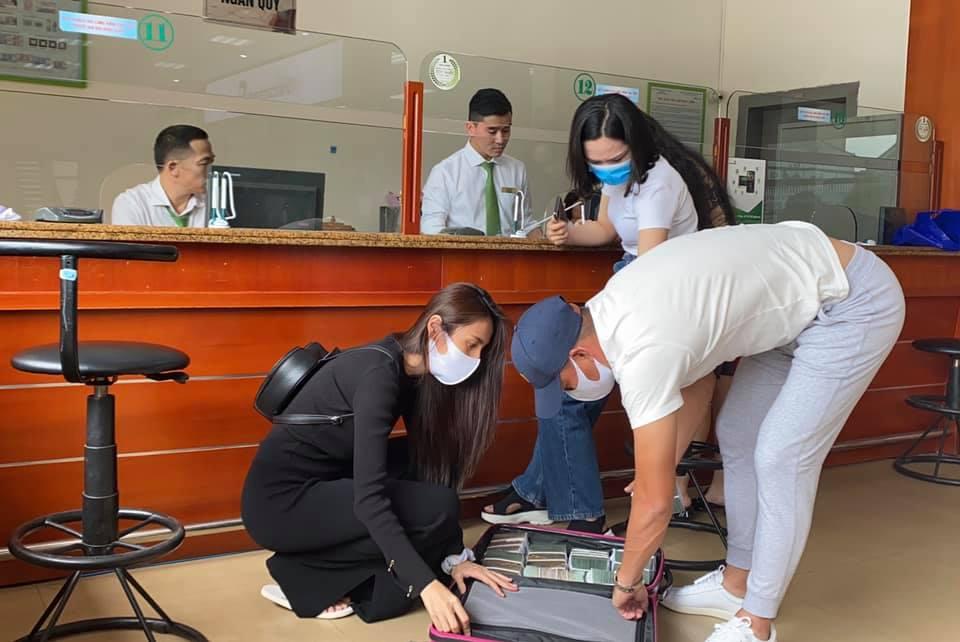 Vừa quay lại miền Trung, Thủy Tiên nhanh chóng chia team hoạt động viện trợ, gọi chồng là 'bảo vệ xách vali tiền' 3