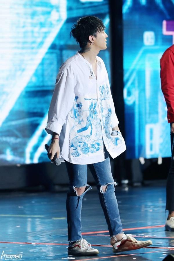 Chỉ có thể là G-Dragon: Mặc đồ nữ còn đẹp hơn cả mẫu gốc 2