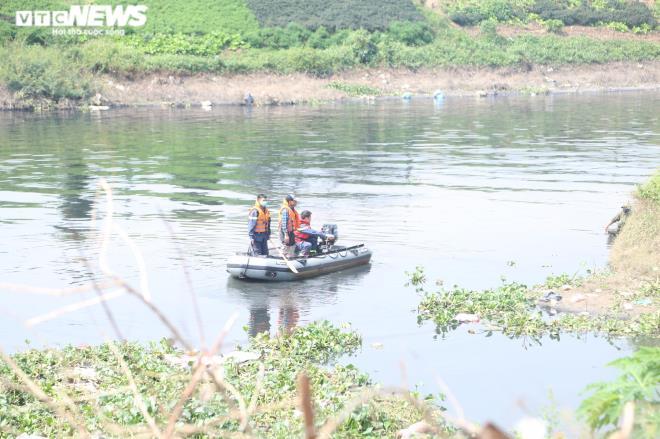 Lực lượng chức năng có mặt tại hiện trường tìm kiếm thi thể nữ sinh.