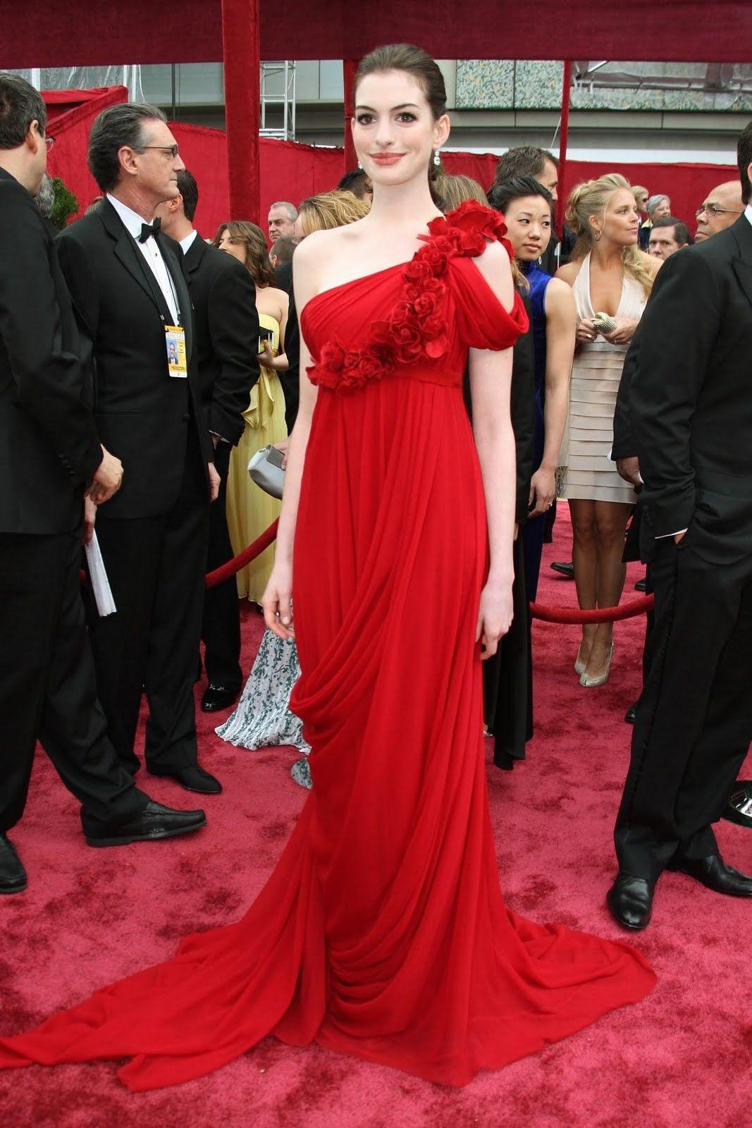 Anne Hathaway tỏa sáng rạng rỡ trong bộ đầm lệch vai của nhà mốt Marchesa tại Lễ trao giải Oscar 2008. Ảnh: Jeff Vespa