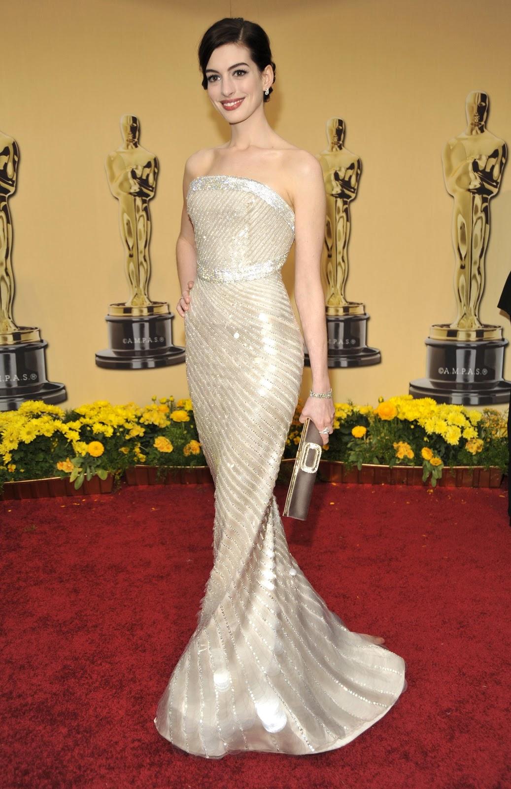 Hớp hồn trong bộ đầm quây hở vai màu bạc của Armani Prive với họa tiết kim cương lấp lánh làm từ pha lê Swarovski, Anne thực sự trở tâm điểm ánh nhìn trên thảm đỏ Oscar 2009. Đặc biệt, đây còn là năm nữ diễn viên nhận được đề cử Oscar đầu tiên trong sự nghiệp. Ảnh: Kevin Mazur