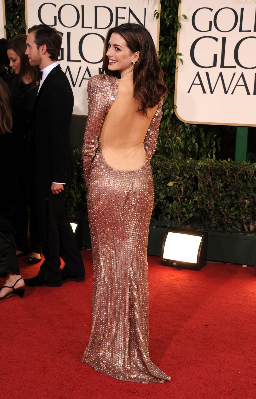Trên thảm đỏ lễ trao giải Quả Cầu Vàng (tháng 2/2010), Anne vận bộ đầm sapphire của Armani Privé, kết hợp ví cầm tay Roger Vivier cùng trang sức của Georgina Chapman. Đây là bộ cánh được Harper's Bazaar bình chọn là 1 trong 100 trang phục đẹp nhất thảm đỏ mọi thời đại. Nguồn: British Vogue.