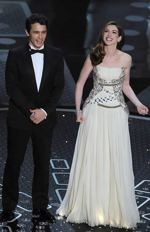 Rồi kế đó, dẫn Oscar với bộ đầm màu kem Givenchy do Riccardo Tisci thiết kế