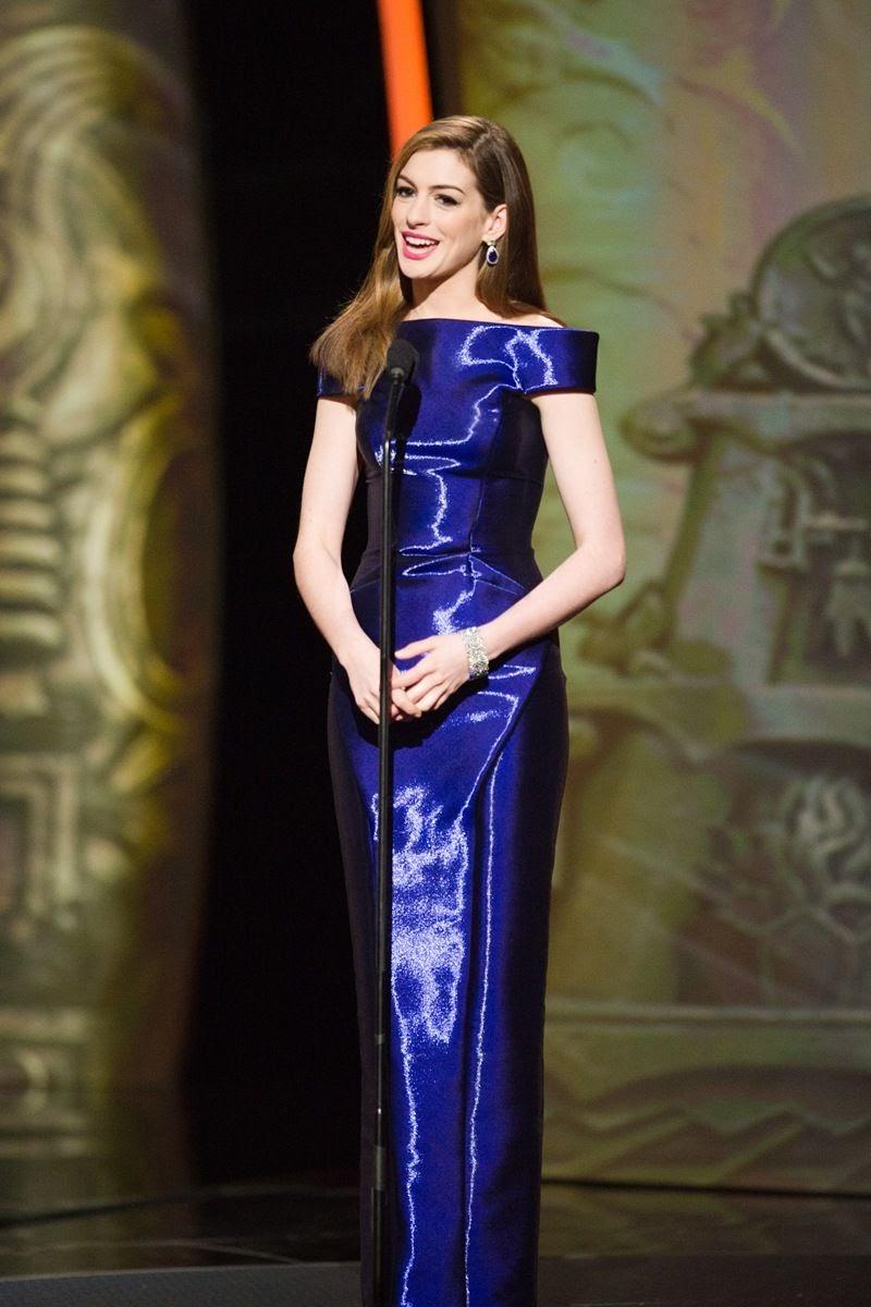 Đầm saphire xanh Giorgio Armani... và rất nhiều trang phục khác