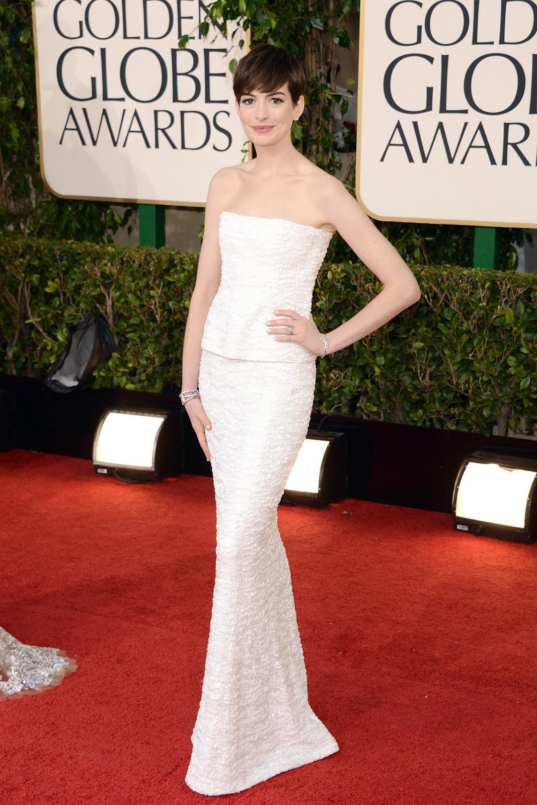 Bước lên thảm đỏ Quả Cầu Vàng 2013, Anne đầy tự tin với vị thế của ứng cử viên nặng ký nhất mùa giải thưởng. Mái tóc bị cắt ngắn đến thô bạo sau khi vào vai Fantine trong bộ phim nhạc kịch Les Misérables (Những Người Khốn Khổ) không làm giảm đi vẻ đẹp tự nhiên của nữ minh tinh 8x. Đầm trắng tinh khôi Anne vận thuộc bộ sưu tập của Chanel cũng được bình chọn là một trong những trang phục ấn tượng nhất thảm đỏ năm đó. Ảnh: Jason Merritt