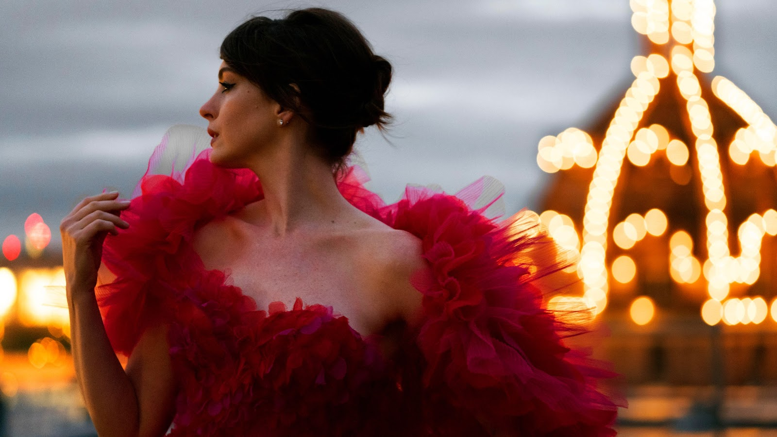 Với sự giúp đỡ của stylist Rebecca Corbin Murray và nhiếp ảnh gia Greg William, tấm ảnh đăng tải trên Instagram cá nhân của Anne Hathaway ngay lập tức thu hút mọi sự quan tâm và yêu thích của các tín đồ điện ảnh lẫn thời trang.