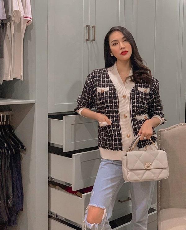 Là một trong những mỹ nhân có gu thời trang đẳng cấp nhất Vbiz, Lan Khuê không ngại thử nghiệm những xu hướng mới. Chọn chiếc áo cardigan chất liệu vải tweed, bà mẹ một con mix cùng quần jeans rách cá tính, điểm xuyết phụ kiện là túi Chanel đắt giá.