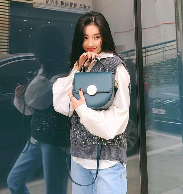 Sunmi lại gây ấn tượng khi chọn cho mình một thiết kế gile đính đá khá kiểu cách. Mix layer cùng sơ mi trắng và quần jeans xanh, cô nàng nâng tầm bộ cánh bằng túi xách sang chảnh.