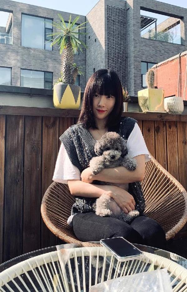 Cũng chọn mẫu gile len màu xám đính kết đá độc đáo nhưng Taeyeon (SNSD) lại có phần gần gũi trẻ trung nhờ mix với áo phông trắng basic. Chưa kể kiểu tóc mái ngang cũng giúp cô nàng trưởng nhóm 'ăn gian' kha khá tuổi.