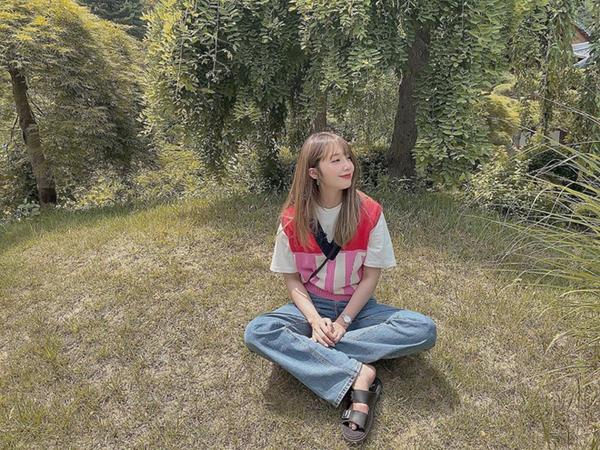 Eunji (Apink) đơn giản với áo phông trắng mix cùng gile len cổ V màu sắc tươi sáng và quần jeans.