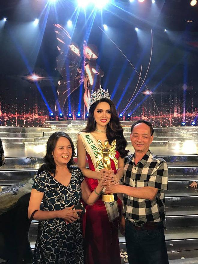 Hương Giang bên cạnh bố mẹ.