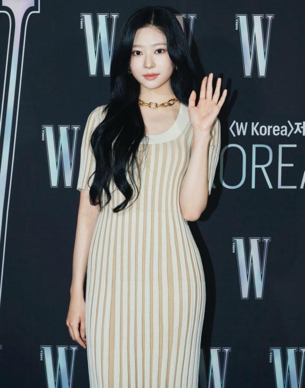 Mặc cùng 1 chiếc váy, Momo được 9 thì Minjoo nên được 10 điểm vì body hình chữ S 0