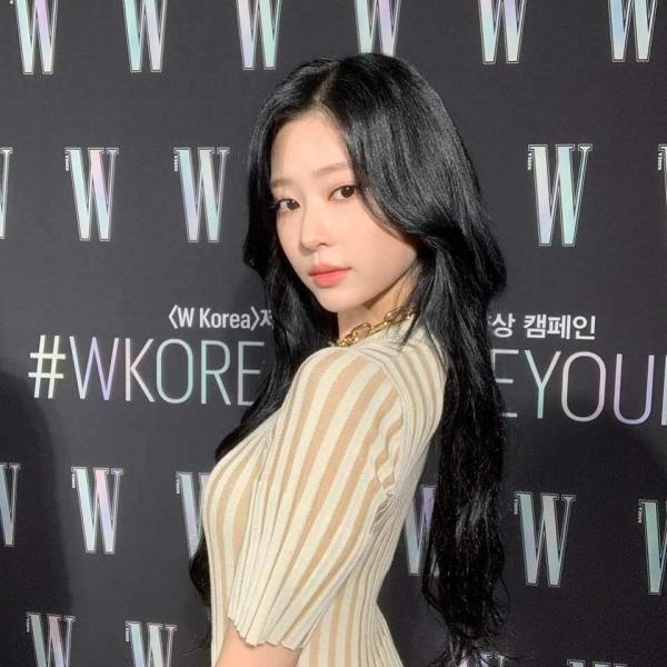 Mặc cùng 1 chiếc váy, Momo được 9 thì Minjoo nên được 10 điểm vì body hình chữ S 1