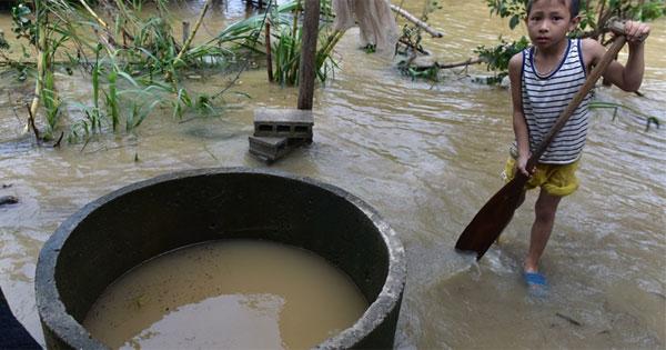 Đảm bảo nguồn nước sạch trong mùa lũ là điều tối cần thiết. Ảnh: Việt Hùng/Zingnews.vn