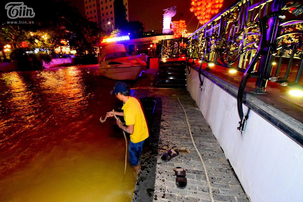 Đường phố Đà Nẵng vắng tanh không một bóng người trong đêm bão số 9 đổ bộ 5