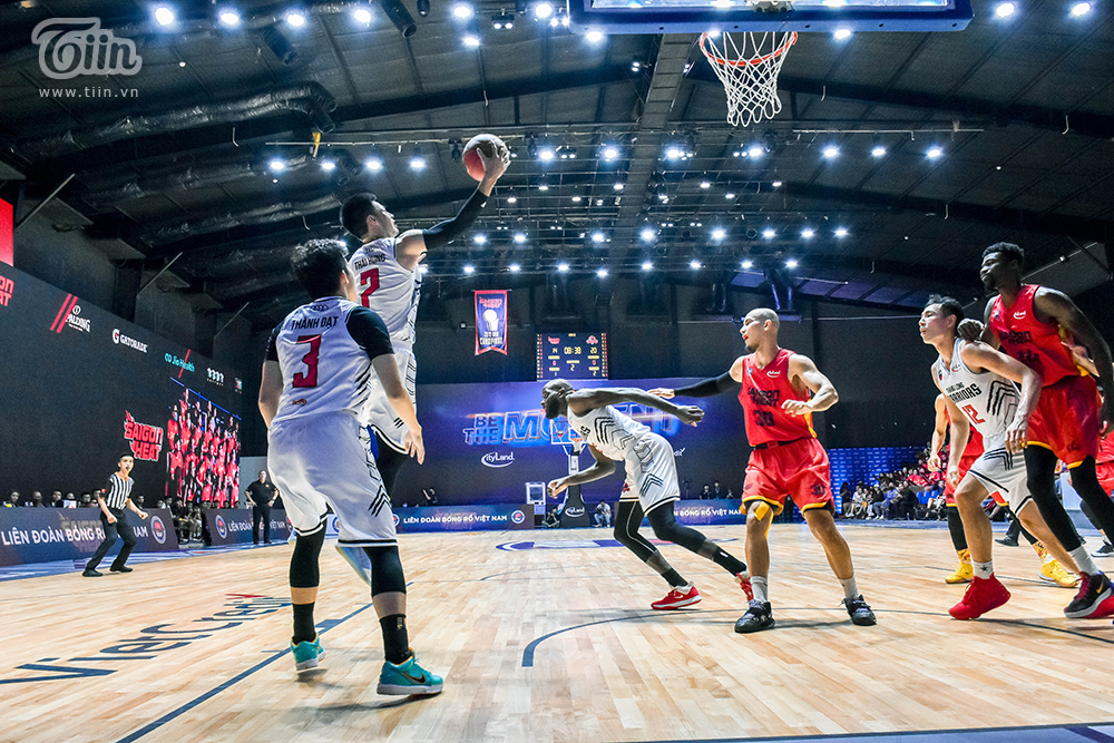Trong hơn 32 phút thi đấu, anh ghi 17 điểm, 7 rebounds nhưng quan trọng hơn hết, có lẽ là thái độ thi đấu không nề hà mệt mỏi của anh.