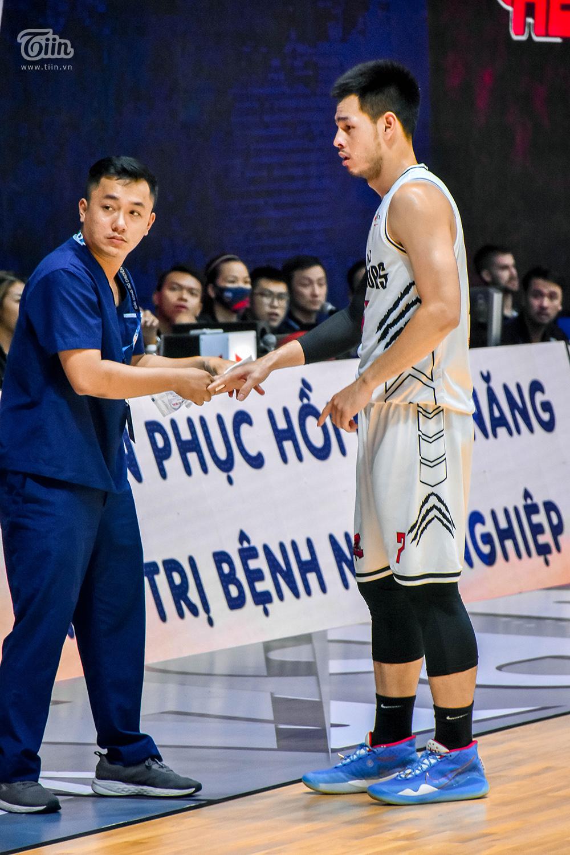 Thậm chí, khi bị chấn thương ở tay đến chảy máu, Thái Hưng cũng chỉ xin phép được nghỉ ngơi trong giây lát rồi...