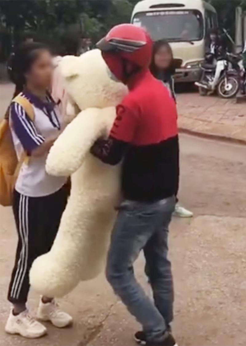 Cô gái kiên quyết né tránh chàng trai tặng gấu bông cho mình. Ảnh cắt từ clip.