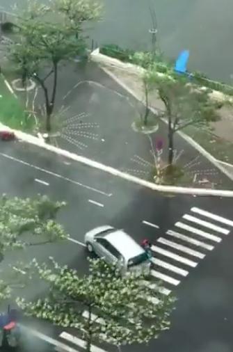 Bất chấp cảnh báo, vẫn có người dân ra đường trước khi bão số 9 đổ bộ.
