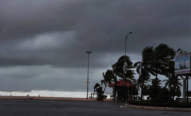 Đường ven biển Võ Nguyên Giáp gió giật, rít mạnh, sóng cao khoảng 3-5 mét. Ảnh: TTXVN.