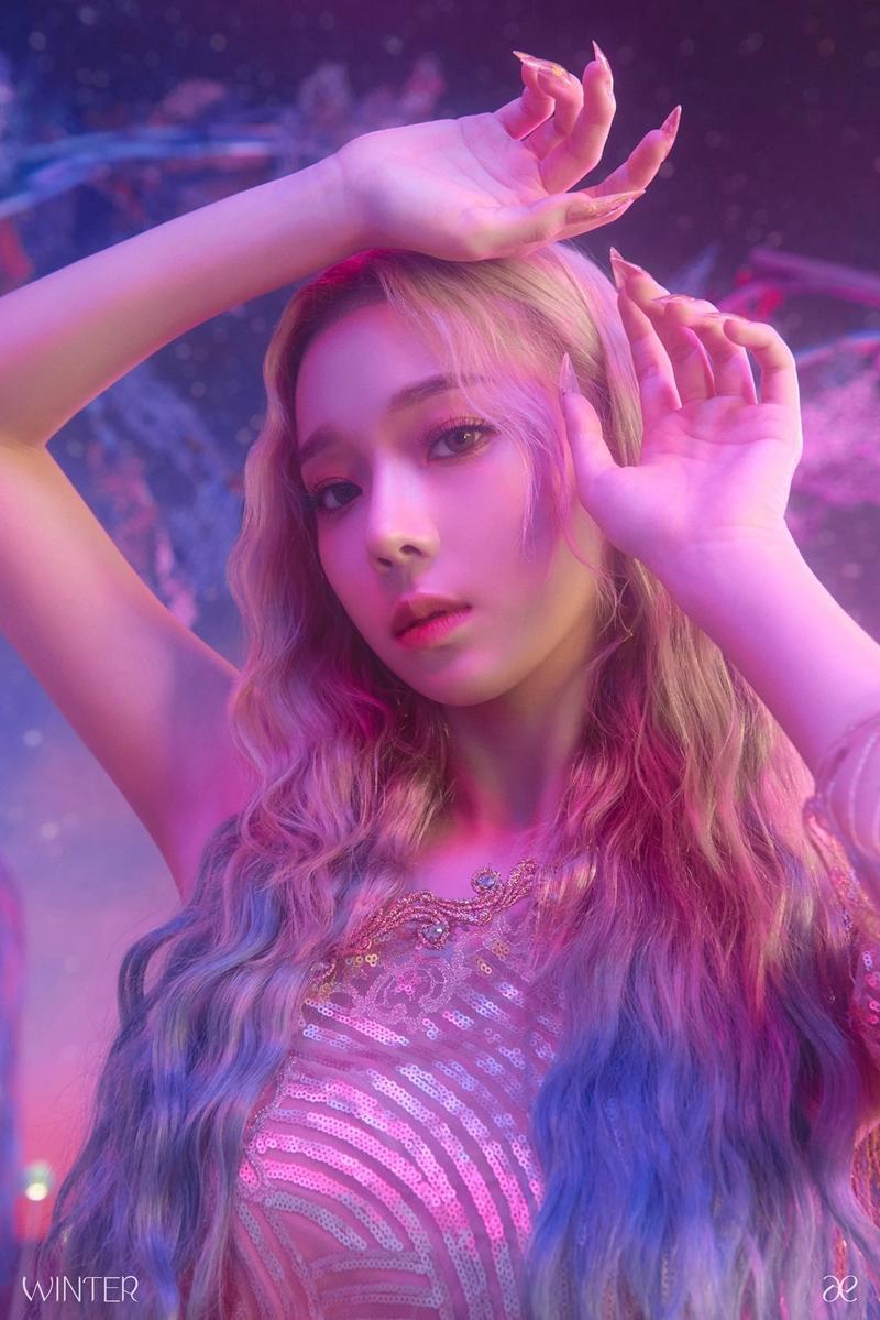 Trước đó vào 27/10, thành viên đầu tiên của nhóm là Winter đã chính thức lộ diện trong chùm ảnh teaser mang màu sắc kỳ ảo.