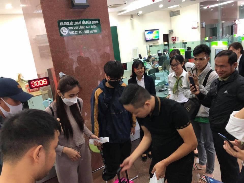 Hai vợ chồngThủy Tiên - Công Vinh đi rút thêm tiền để viện trợ cho người dân miền Trung, bất chấp bão lũ hiện đang hoành hành