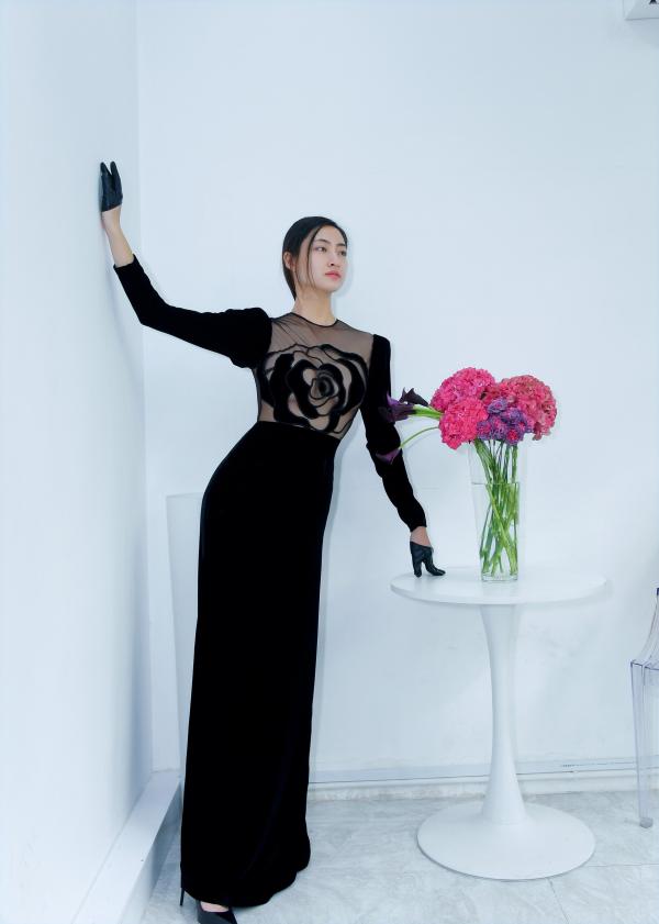 Lương Thùy Linh quyền lực nhưng cũng đầy quyến rũ với váy hoa hồng đen 0