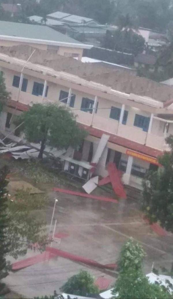 Trường Cao đẳng Y tế Đặng Thùy Trâm (Quảng Ngãi) bị tốc mái trước khi cơn bão số 9 đi vào.