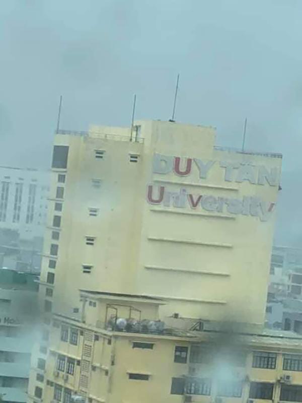 Trường Đại học Duy Tân (Đà Nẵng) bay các chữ tên.