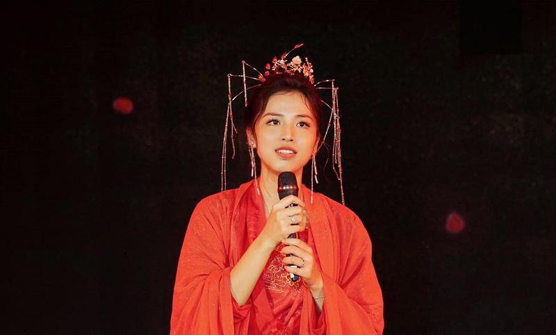 Ngoài công việc giảng dạy, Hồng Nhung còn làm MC song ngữ, và tham gia ca hát