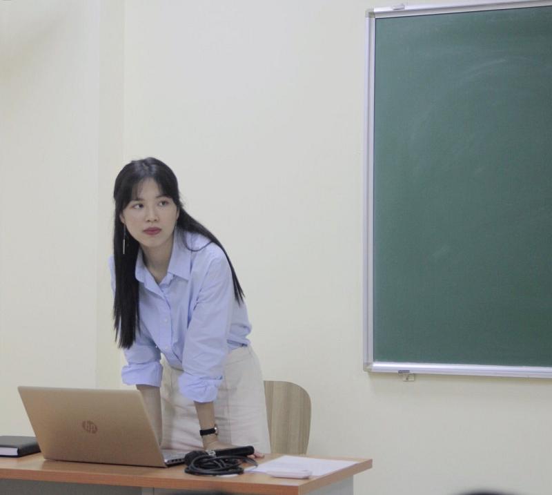 """Ngay cả trên bục giảng, cô Nhung """"hay cười"""" cũng hết sức giản dị và gần gũi với sinh viên"""