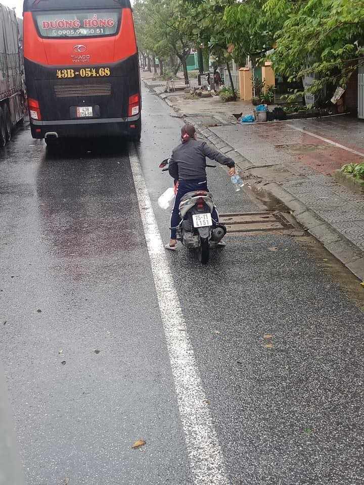 Xúc động hình ảnh người dân Huế tiếp tế lương thực cho tài xế dừng chân tránh bão số 9 0