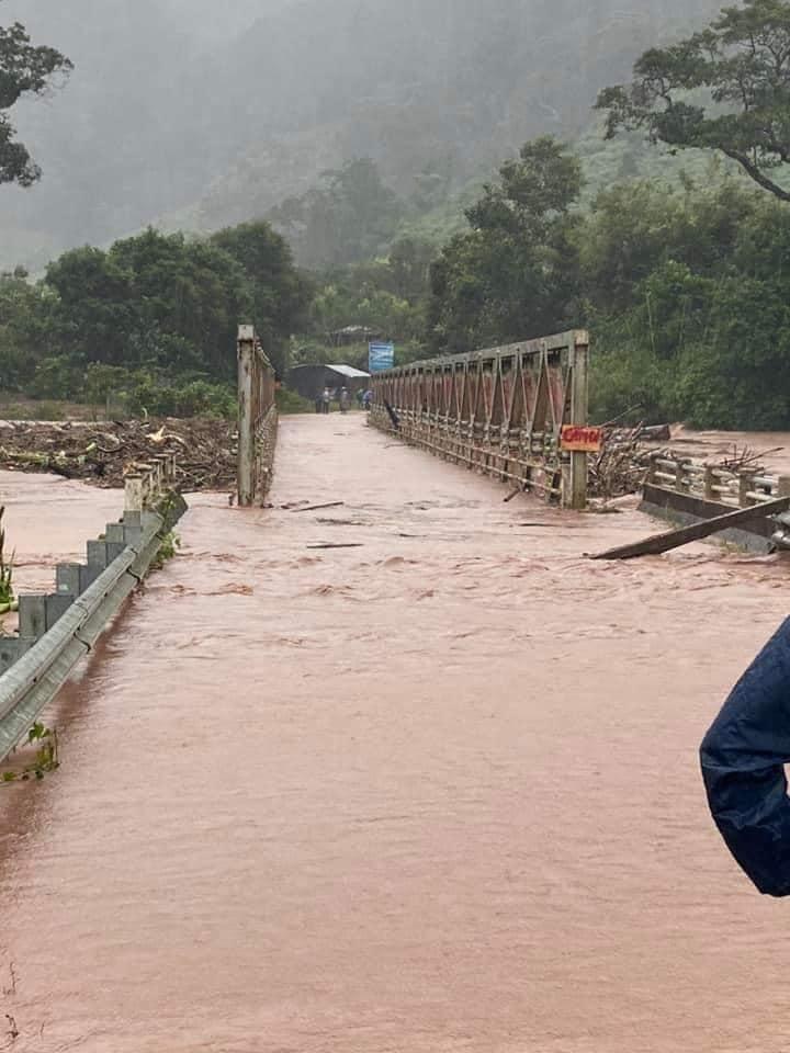 Cầu sắt ở Kon Tum trước khi bị cuốn trôi