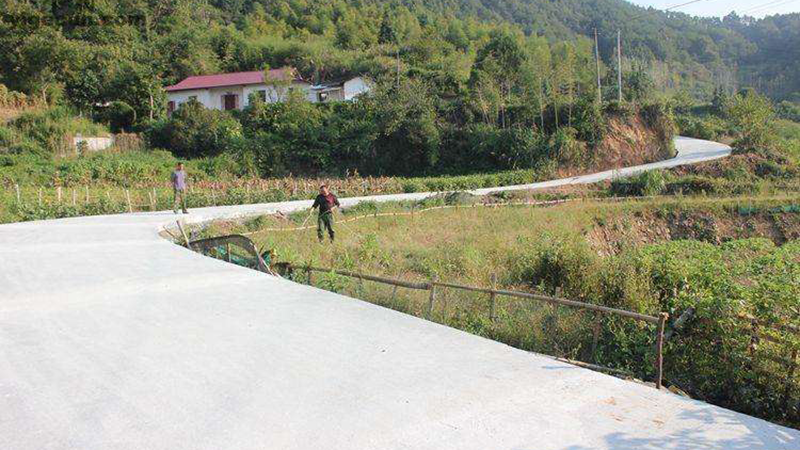 Mặc dù chỉ là ngôi làng nghèo ở vùng núi nhưng nơi đây đã đào tạo ra rất nhiều nhân tài cho Trung Quốc