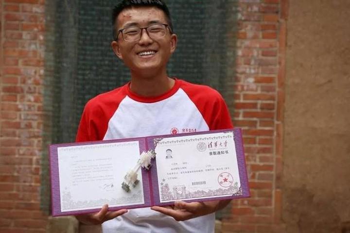 Một nam sinh trong làng trúng tuyển Đại học Thanh Hoa - một trong những trường đại học danh giá bậc nhất Trung Quốc