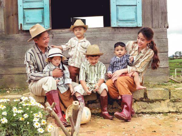 Thành Đạt - Hải Băng tung bộ ảnh gia đình nông dân siêu đáng yêu 0