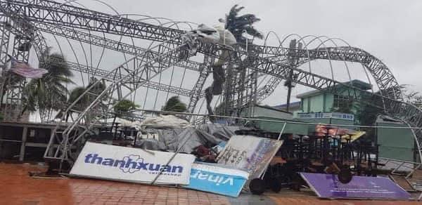 Cột điện, bảng hiệu bằng bê tông, sắt kiên cố ở Đà Nẵnggãy ngang do gió lớn. Ảnh: Page Đà Nẵng