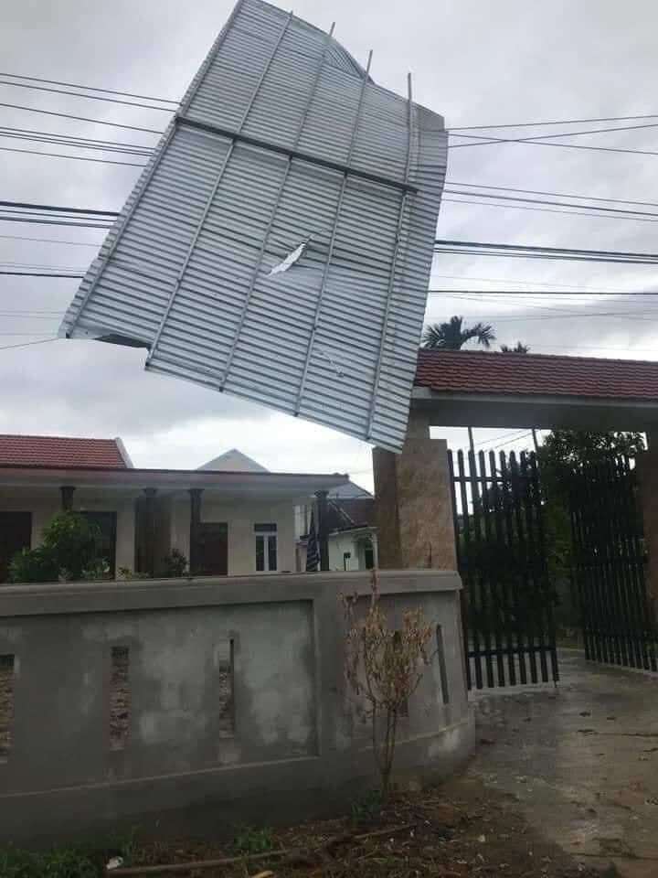 Tại tâm bão Quảng Ngãi, đa phần mái tôn, cây cối, biển hiệu đều bị cuốn bay. Ảnh: FB Văn Thùy Dung