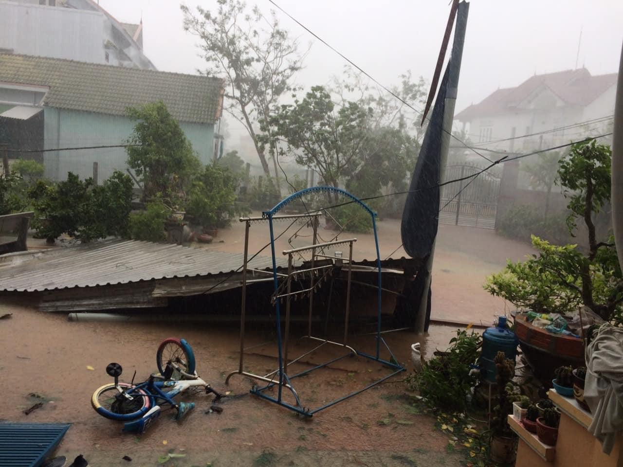 Đồ đạc, vật dụng xiêu vẹo, hoang tàn sau bão ở huyện Đức Mộ, Quảng Ngãi. Ảnh: Page Quảng Ngãi Đẹp.