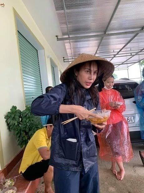 Thủy Tiên ăn vội bát mỳ để đi cứu trợ người dân.