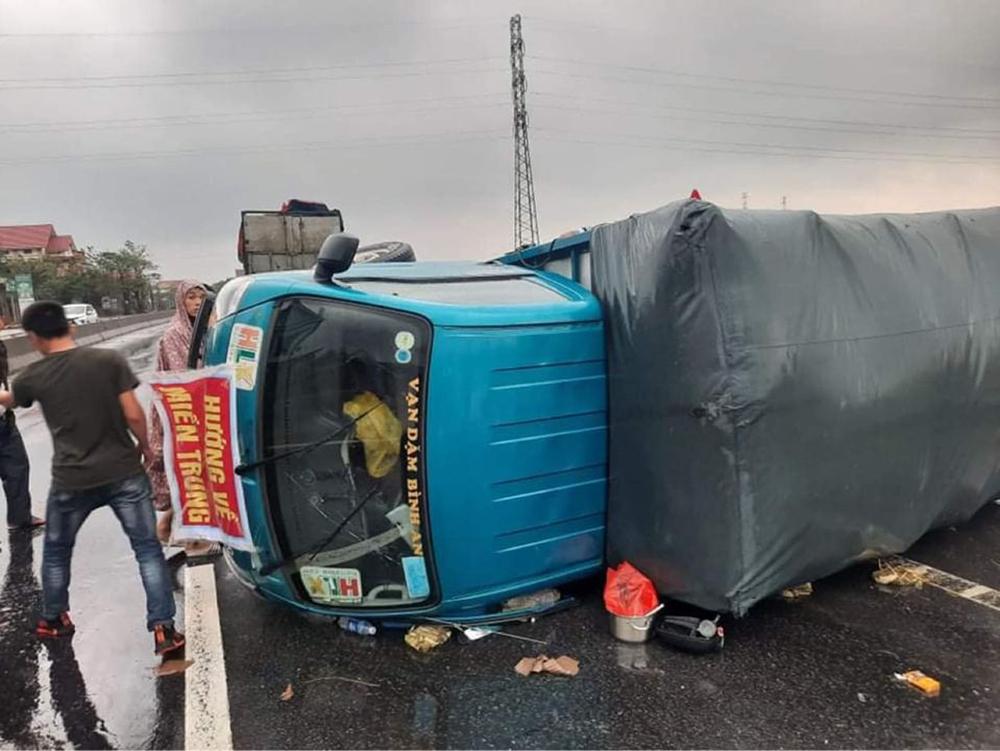 Thêm một xe cứu trợ miền Trung bị lật: Người gặp nạn kể lại phút xe thúc vào lan can, tài xế văng ra ngoài 0