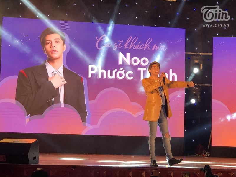 Sinh viên trường Báo phát cuồng với sự xuất hiện của Noo Phước Thịnh trong nhạc hội chào tân sinh viên 3