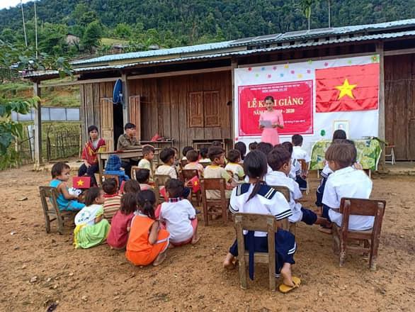 Đây là lễ khai giảng tại trường là Tắk Pổ - cách trung tâm huyện Nam Trà My, tỉnh Quảng Nam 10km. Đường đi khó khăn và không di chuyển được bằng xe máy...