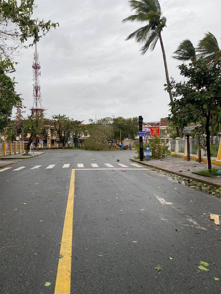 Phố cổ Hội An tan hoang sau bão số 9: Nhiều cây lớn ngã đổ chắn lối đi 5