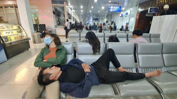 Hình ảnh vợ chồng Lý Hải - Minh Hà kiệt sức vì cứu trợ bà con vùng lũ khiến nhiều người cảm động.