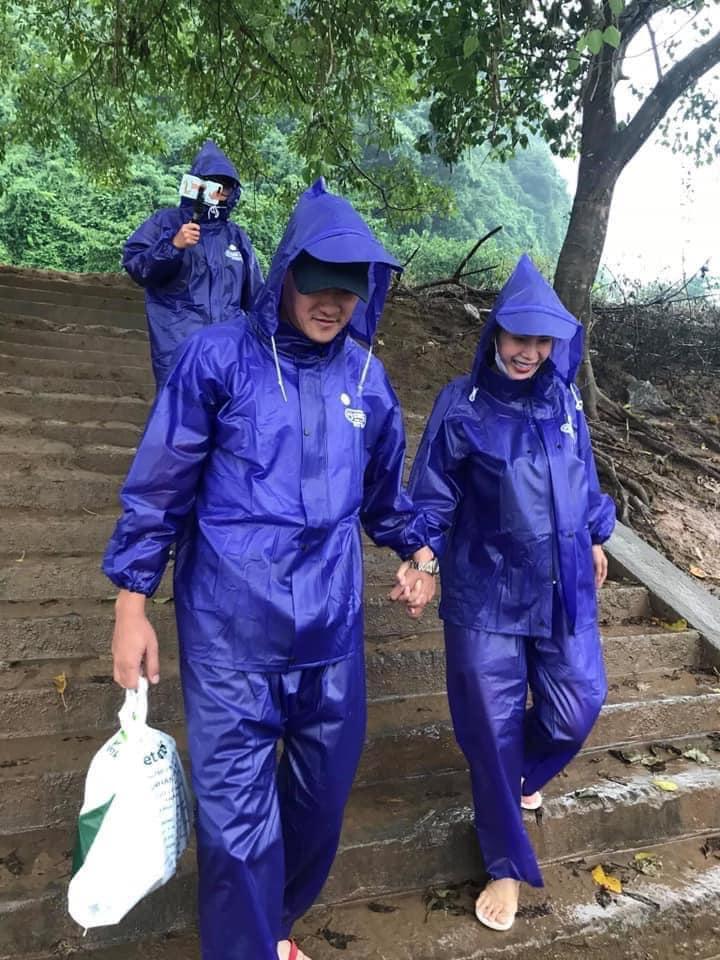Hình ảnh cặp đôi 'Vic - Beck Việt Nam' nắm tay nhau trên đường đi phát tiền cho người dân đã truyền đi năng lượng tích cực cho mọi người.
