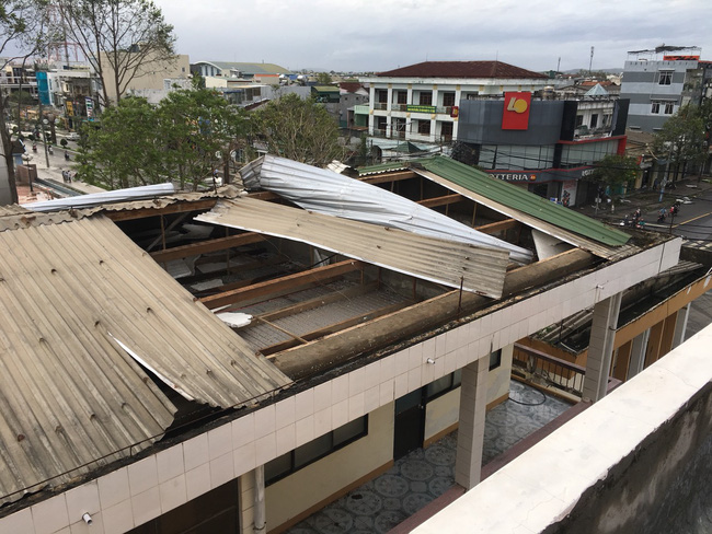 Khu vực kho lưu trữ và dãy phòng làm việc của Sở GD&ĐT Quảng Ngãi bị tốc mái. Ảnh: Báo GD&TĐ.